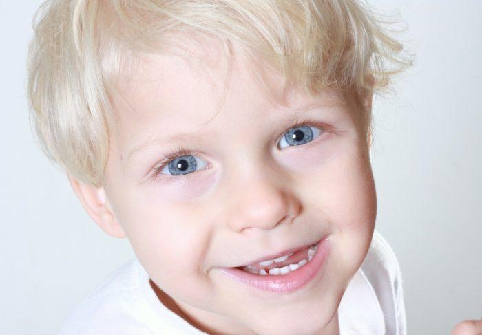 金髪に青い目の子供