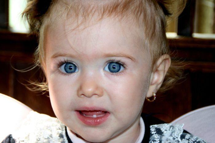 青い目の子供